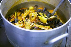 Dansk Fiskesuppe med hvidløgs-mayonnaise og sprød toast