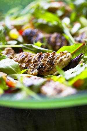 Salat med grillede kyllingeinderfileter